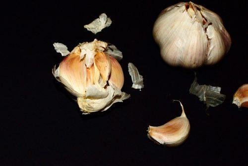 Dente de alho amassado para o amor