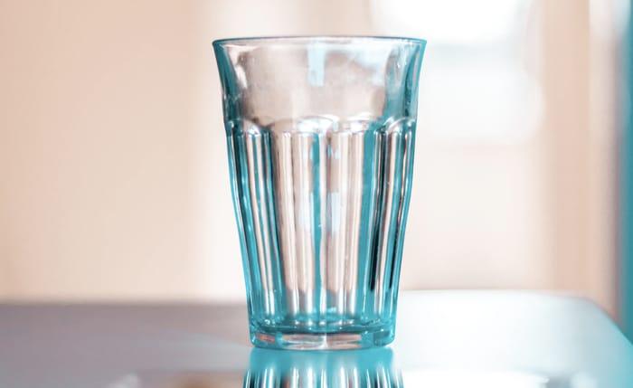 Simpatia do copo de água com açúcar para amarração