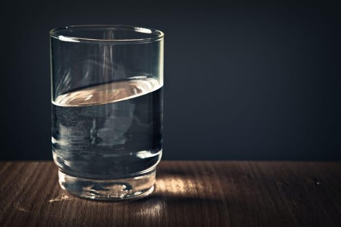 Simpatia com água, açúcar e o nome da pessoa