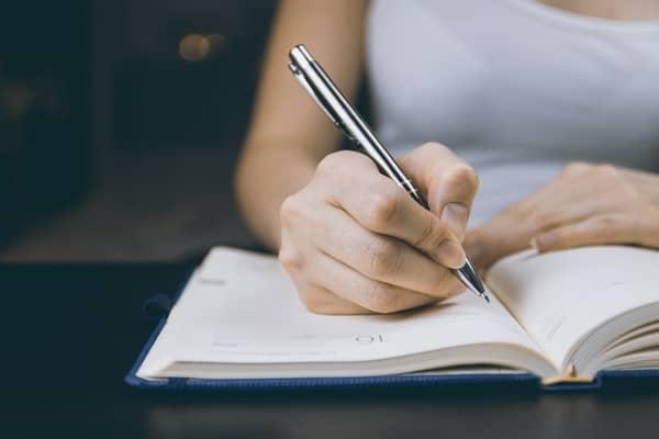 Papel e caneta para simpatias