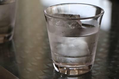Copo de água para oferecer