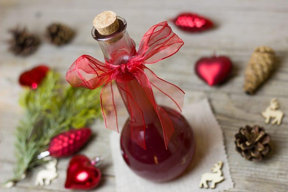 Simpatia do vinagre: colocar o nome da pessoa no vinagre
