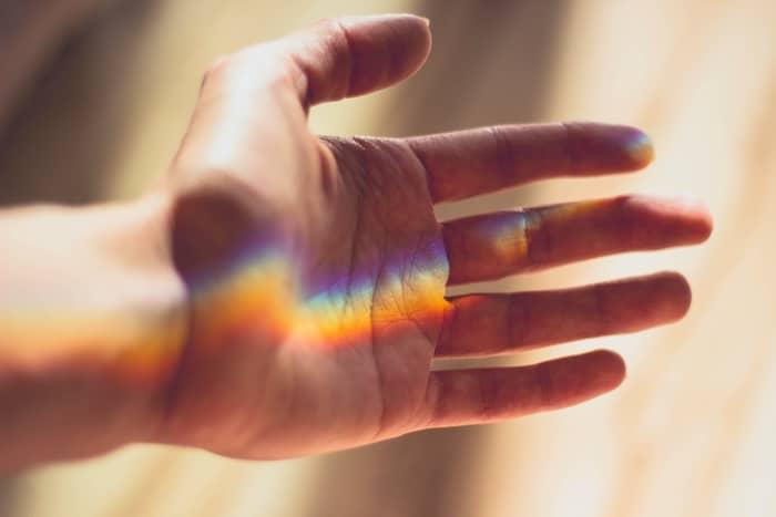 Coçeira na Mão Esquerda e Direita: o que significa no espiritismo?