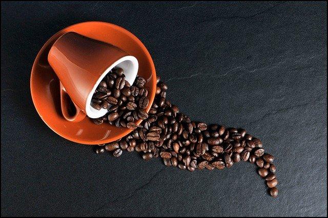Pó de café e a casca de alho para defumar a casa
