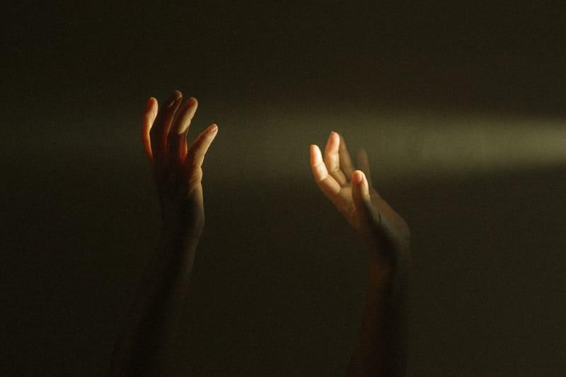 Sinais com as mãos na Umbanda: Todos os gestos ritualisticos explicados