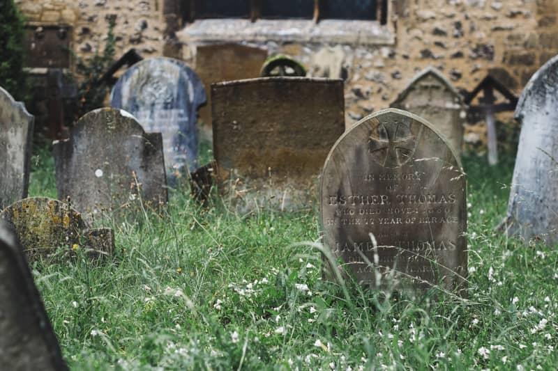 O Que Acontece se Enterrar o Nome de Uma Pessoa? ( no cemitério? )