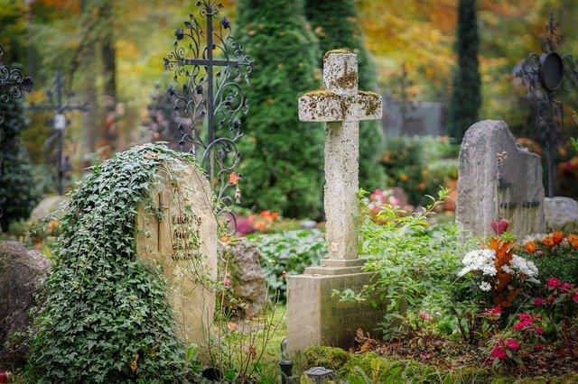 Enterrar o nome da uma pessoa no cemitério: que acontece