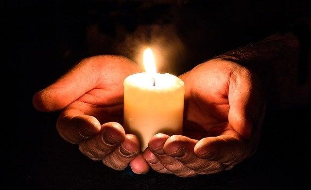 acender uma vela à noite Para o Anjo da Guarda