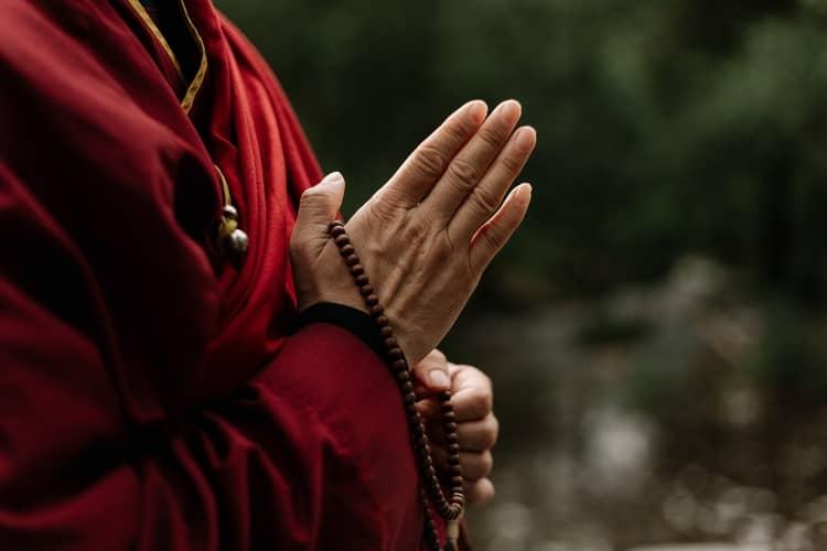 Oração Para Banho de Descarrego: 3 Rezas da Umbanda Poderosas
